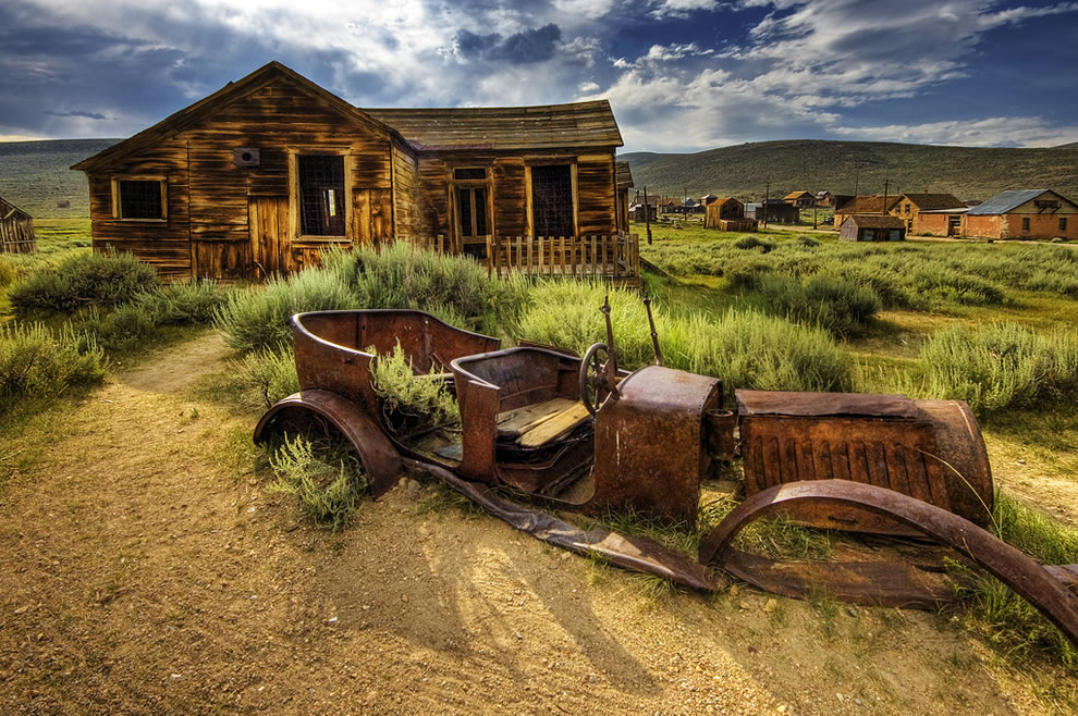 abandoned-car-at-ghost-town-Bodie