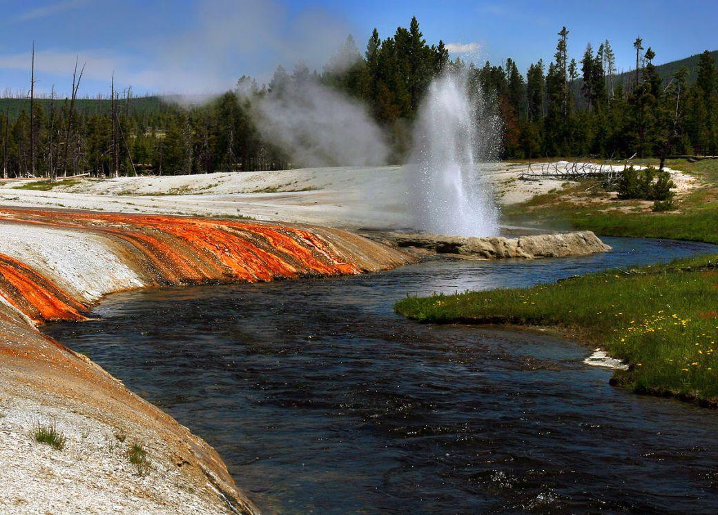 1200px-Firehole_river_at_Upper_Geyser_Basin-2008-june