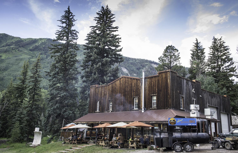 Slow+Groovin+BBQ+building+w+mountain